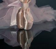 Rosa skor för satinebalettpointe på svart reflekterande bakgrund w Royaltyfri Fotografi