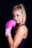 rosa slitage kvinna för boxninghandskar Arkivbild