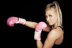 rosa slitage kvinna för boxninghandskar Arkivfoton