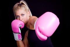 rosa slitage kvinna för boxninghandskar Royaltyfria Bilder