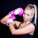 rosa slitage kvinna för boxninghandskar Arkivfoto