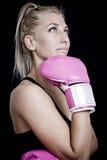 rosa slitage kvinna för boxninghandskar Royaltyfri Foto