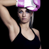 rosa slitage kvinna för boxninghandskar Arkivbilder