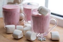 Rosa smoothie med den stora vita marshmallowen Fotografering för Bildbyråer