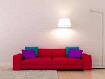 Rosa sofa mot en vitvägg Arkivfoto