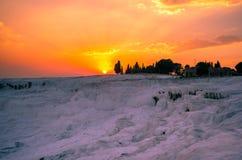 Rosa solnedgång över Pamukkale, Turkiet Royaltyfria Bilder