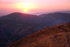 Rosa solnedgång i bergen av Uzbekistan Arkivbilder