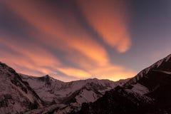 Rosa solnedgång i bergen, Nepal, Himalaya, Tilicho basläger royaltyfria bilder