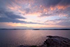 Rosa solnedgång på den svenska kustlinjen Royaltyfria Bilder