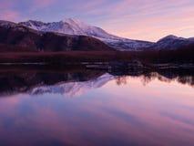 Rosa solnedgång på sjön Royaltyfria Bilder