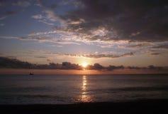 Rosa solnedgång på stranden royaltyfria bilder
