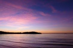 Rosa Sonnenuntergang über dem Wasser Stockfoto