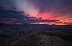 Rosa Sonnenuntergang über Koktebel. Krim Stockbild