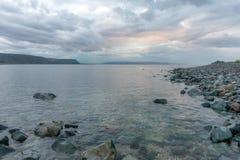 Rosa Sonnenuntergang auf dem Barentssee, Varanger-Halbinsel, Finnmark, nein Lizenzfreie Stockfotos