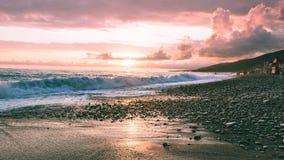 Rosa Sonnenuntergang auf dem Meer stockfotografie