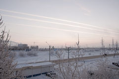 Rosa Sonnenuntergang auf der industriellen Straße des Winters mit Drucken im Himmel nach der Flugzeug Ansicht vom Fenster am kalt Lizenzfreie Stockfotos