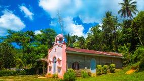 Rosa spanische Kirche in den Pazifikinseln stockfotografie