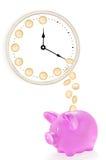Rosa spargris med mynt som faller från klockan Arkivbild