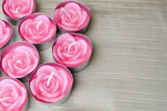 Rosa stearinljus är stora från vänstra sidan till dagen för valentin` s Arkivbild