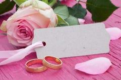 Rosa stieg mit Geschenkmarke und -blumenblättern Lizenzfreie Stockfotos