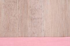 Rosa Stoff auf einem hölzernen Hintergrund Stockbilder