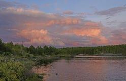 Rosa stormmoln på solnedgången royaltyfri fotografi