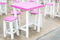 Rosa Stuhl und Tabelle Stockbild