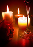 Rosa sull'indicatore luminoso della candela Fotografie Stock