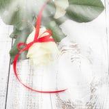 Rosa sulla Tabella di legno Fotografie Stock Libere da Diritti