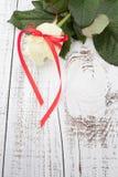Rosa sulla Tabella di legno Fotografia Stock Libera da Diritti