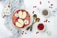 Rosa superfoods Smoothieschüssel mit chia Samen, Granatapfel, schnitt Äpfel und Honig Obenliegende, Draufsicht, flache Lage, Kopi Lizenzfreie Stockfotos