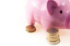 Rosa svin med mynt Arkivfoton