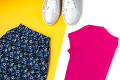 Rosa T-Shirt, Blumenmusterrock, Sportschuhe Frauensommerkleidung obenliegend Stockfotos