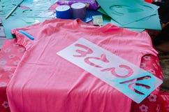 Rosa T-tröjamallar med bokstäver Aleph Bet Gimel Dalet i hebré för att dra på en tabell Royaltyfri Foto