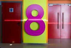 Rosa Tabelle acht an der Tür Stockfoto