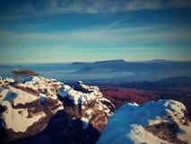 Rosa Tagesanbruch in der hügeligen Landschaft Nebelhafter Morgen des frühen Winters Lizenzfreie Stockfotografie