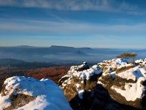 Rosa Tagesanbruch in der hügeligen Landschaft Nebelhafter Morgen des frühen Winters Lizenzfreie Stockfotos