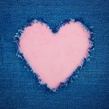 Rosa tappninghjärta på blått grov bomullstvilltyg Royaltyfria Bilder