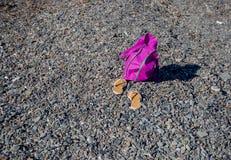 Rosa Tasche auf dem Strand von Meer Lizenzfreie Stockfotografie