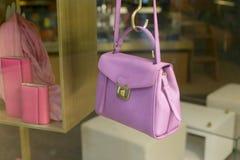 Rosa Tasche, die im Shop hängt Stockfotografie