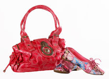 Rosa Tasche und Schuhe auf einem weißen Hintergrund Stockfotografie