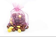 Rosa Tasche voll von Schokoladeneiern für Ostern Stockbild