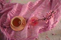 Rosa Tasse Tee lizenzfreie stockbilder