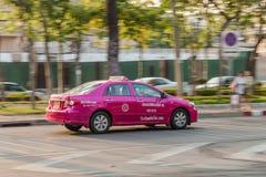 Rosa Taxi in Bangkok Stockbilder