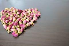 Rosa te i form av hjärta royaltyfri foto