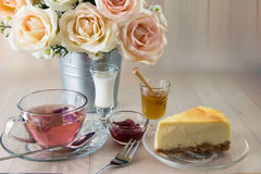 rosa te med honung, terast, på trätabellen Royaltyfria Foton