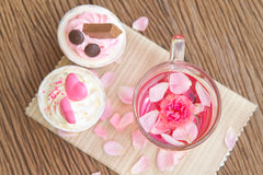 Rosa te och söt muffin på tabellen Royaltyfri Foto