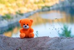 Rosa Teddybär über der Klippe in der untergehenden Sonne Lizenzfreie Stockfotografie