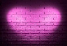 Rosa tegelstenvägg med ljus effekt för hjärtaform och skugga, abstrakt bakgrundsfoto Royaltyfri Bild