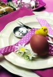 Rosa Thema glückliche Osternabendessen- oder -frühstückstischeinstellung - Vertikale. Lizenzfreies Stockfoto